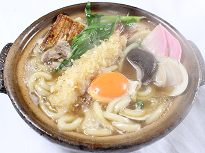 とり松の鍋焼きうどん(海老天ぷら、ハマグリ、地鶏、焼穴子、甘辛く炊い炊いた干し椎茸、玉子、かまぼこ)